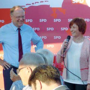 Bevor Ministerpräsident Stephan Weil zum Wahlkampfauftakt von Caren Marks kam, stellte er sich den Fragen der Fernseteams von ZDF und N24. Foto: G. Vrobel