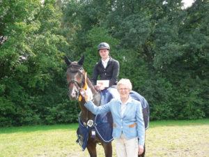 Madeleine Winter-Schulze übergab den Siegergutschein an Thies Sander und freute sich mit ihm über den tollen Erfolg. Der Ehrenpreis wurde vom wedeMAGAZIN gegeben. Foto: B. Hohloch