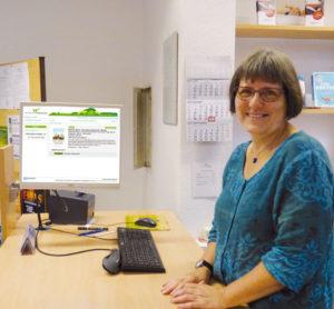 Martina Popan stellte jetzt das neue Online-System der Gemeindebibliothek in Bissedorf vor. Foto: G. Vrobel